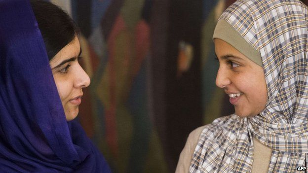 Nobel Peace Prize laureate Malala Yousafzai (L) and Syrian Mezon Almellehan in Oslo (9 December 2014)