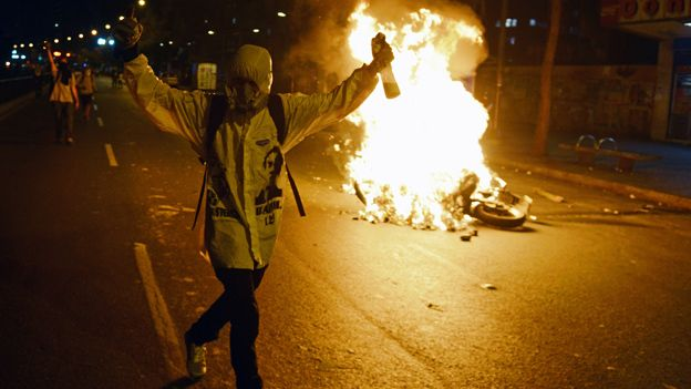 Anti-governments set a barricade on fire during a protest in Caracas on 31 March, 2014.