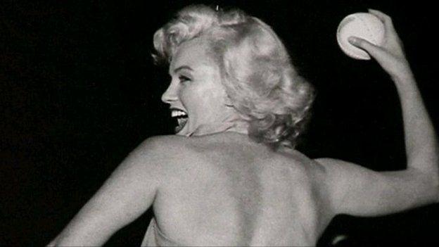 Petai'r bêl 'na yn llaw Marilyn wedi bod yn bel griced byddai Derec wedi bod yn ei seithfed nef!