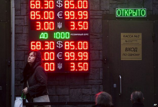 People wait to exchange roubles in Moscow (16 Dec)