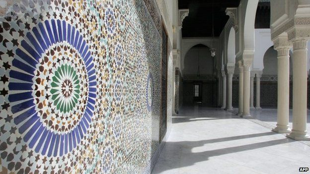 A wall covered with mosaics the Paris Mosque (April 2007)
