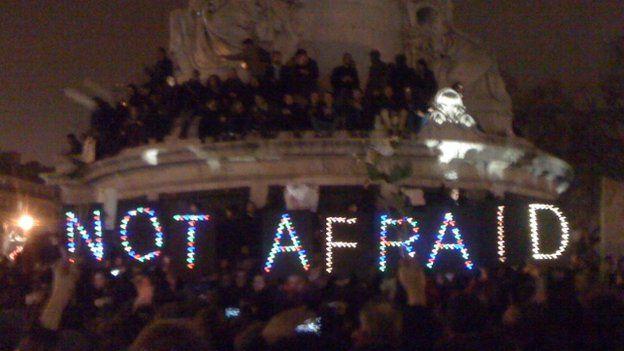 Gwylnos ar Place de République yn troi yn rali