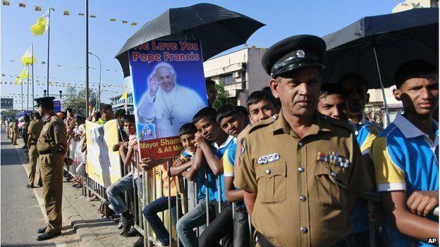 Crowds wait for the Pope in Colombo, Sri Lanka (13 Jan 2015)
