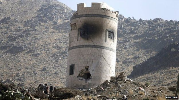 Damaged guard tower outside the presidential palace complex in Sanaa (20 January 2015)