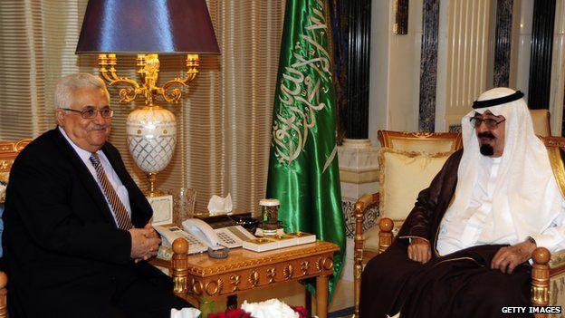 File photo: Palestinian President Mahmoud Abbas (L) meets King Abdullah bin Abdulaziz of Saudi Arabia in Riyadh, 4 May 2010