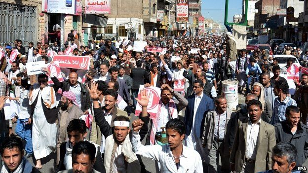 Yemenis shout slogans during an anti-Houthi protest in Sanaa 24/01/2015