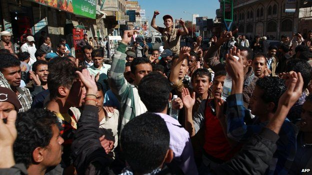 Yemenis shout slogans during a rally against the occupation of the capital by Shia Huthi rebels (26 January 2015)