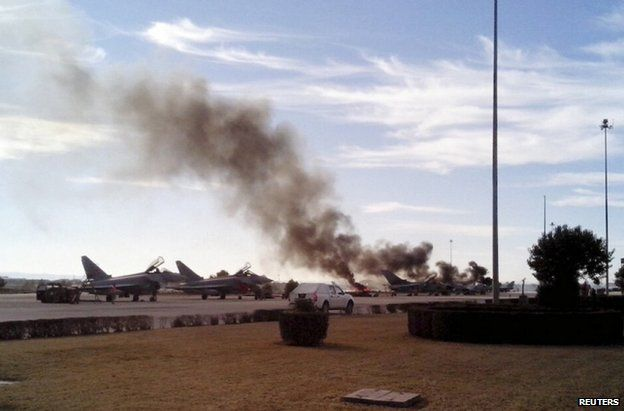 Smoke rises after a Greek F-16 aircraft which crashed at the Los Llanos air base in Albacete, eastern Spain (26 January 2015)