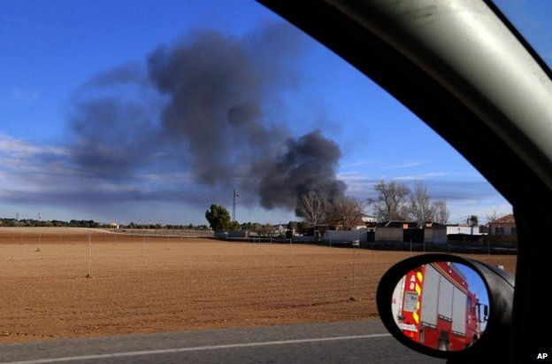 Smoke rises after a Greek F-16 aircraft crashed at the Los Llanos air base in Albacete, eastern Spain (26 January 2015)