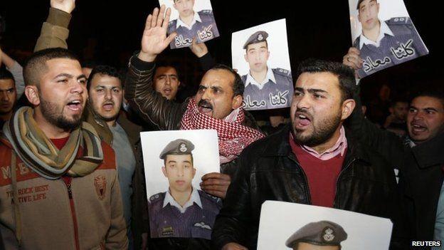 Relatives of Islamic State captive Jordanian pilot Moaz al-Kasasbeh protest outside the PM building in Amman, Jordan (27 Jan 2015)