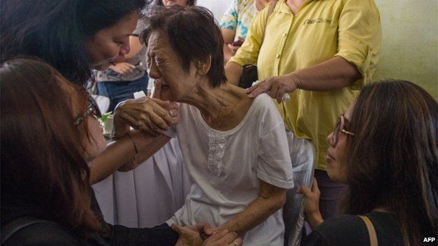 File photo: Chew Lai Choo, (C) mother in-law of Malaysia Airlines pilot, Eugene Choo, one of the Malaysians killed in the the July 17 MH17 disaster, cries during a wake service at Eugene's residence in Seremban, some 75 kilometers from Kuala Lumpur, 2 September 2014