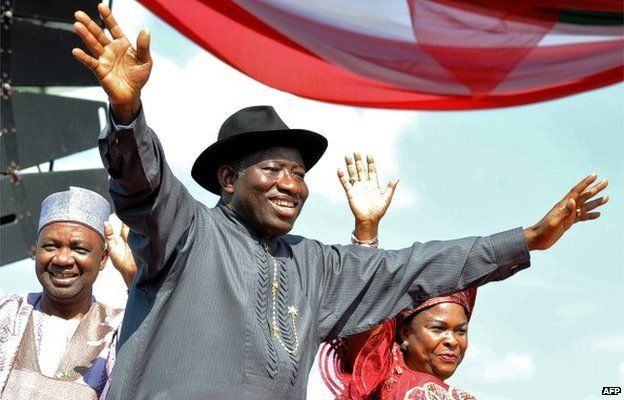 Nigerian President Goodluck Jonathan (C), accompanied by his wife Patience (R), Vice President Namadi Sambo, waves to the crowd before their declaration in Abuja on 18 September 2010
