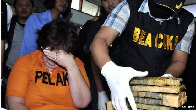 Lindsay Sandiford at a police press conference in Bali after her arrest (28 May 2012)