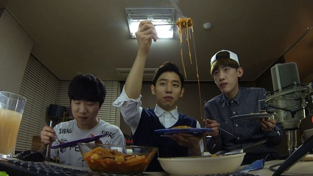 Lee Chang-hyun with two friends, looking at noodles