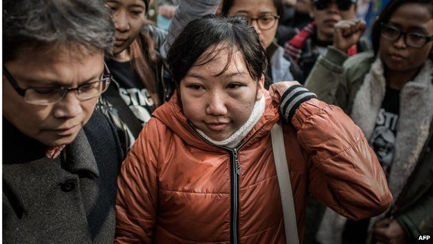 Indonesian former maid Erwiana Sulistyaningsih (C) arrives at the court of justice in Hong Kong on 10 February 2015
