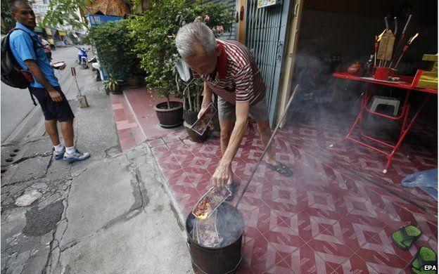 Chinese-Thai man burns offerings in Bangkok, Thailand (18 Feb 2015)