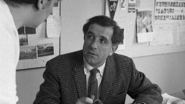 Meredydd Evans - Y cynhyrchydd adloniant ysgafn yn y BBC yn 1966