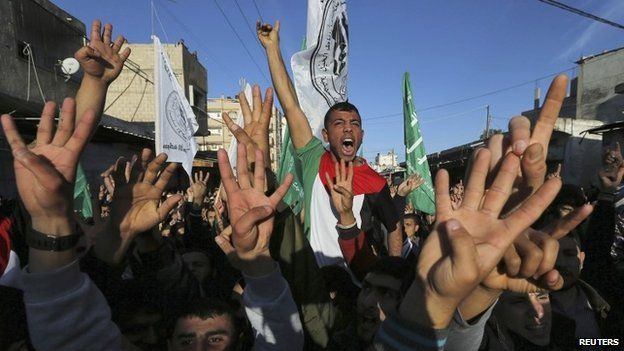 Palestinians demonstrate against the decision of an Egyptian court to list Hamas's armed wing as a terrorist organisation (05 February 2015)