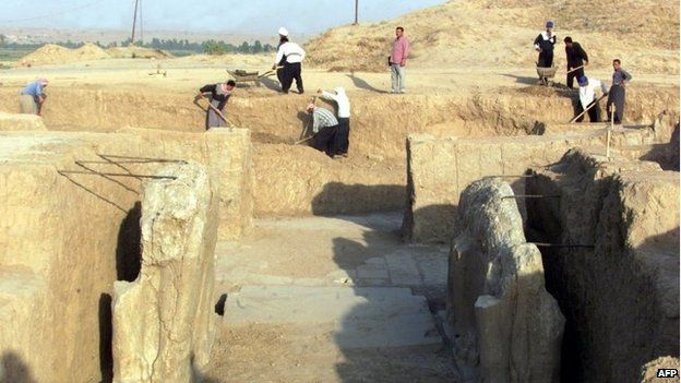 Iraqi workers cleaning an archaeological site in Nimrud in 2001