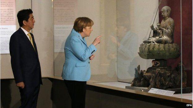 German Chancellor Angela Merkel and Japanese PM Shinzo Abe tour the Nezu Museum in Tokyo (9 Mar 2015)