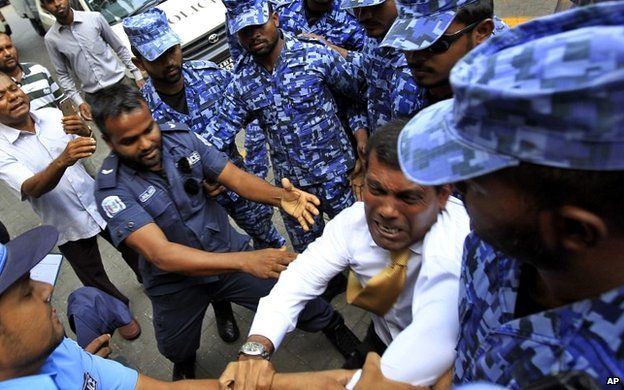 Mohamed Nasheed is dragged into court by police - 23 February 2015