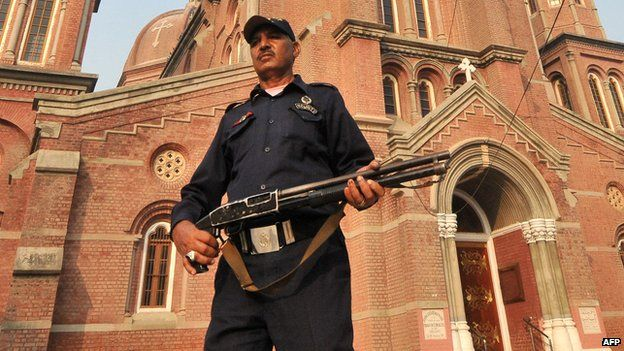Deadly blasts hit Pakistan churches in Lahore - BBC News
