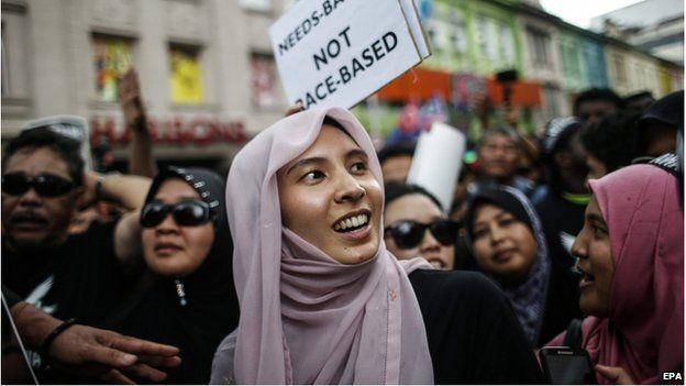 "Nurul Izzah (C), daughter of Malaysian opposition leader Anwar Ibrahim, joins a ""Kita Lawan"" (Fight Back) rally in Kuala Lumpur, Malaysia, 7 March 2015"