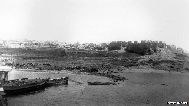 Seaborne troops anding on V Beach at Gallipoli from the troop ship, the 'River Clyde', during an amphibious attack on the Dardanelles area of Turke