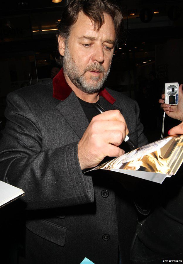 Russell Crowe signs autographs