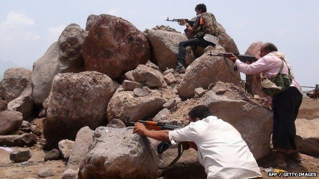 Armed Yemeni supporters of the separatist Southern Movement hold a position during clashes with Shiite Houthi rebels in the Mansura district of the southern Yemeni port city of Aden. 4 April 2015