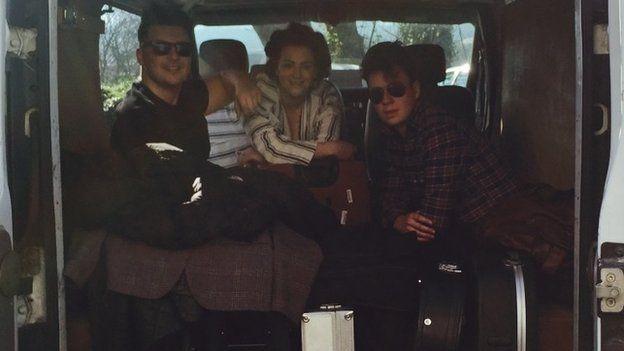 Bryn, Elin a Rhys yn teithio mewn steil!