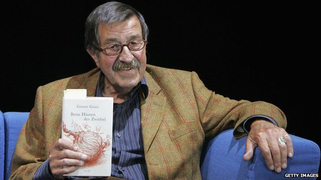 """Guenter Grass with his memoir """"Peeling the Onion"""" at the Berliner Ensemble on September 4, 2006 in Berlin, Germany"""
