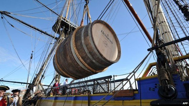 One of the two barrels of 250 litres of Hennessy cognac is loaded aboard the French frigate Hermione (March 2015)
