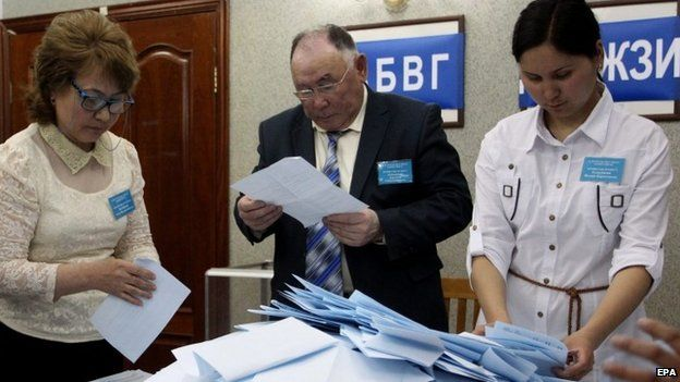 Members of a local electoral commission empty a ballot box after the polls closed for the presidential elections in Astana (26 April 2015)