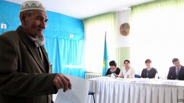 A Kazakh man casts his vote in the country's presidential elections at a polling station in Astana (26 April 2015)