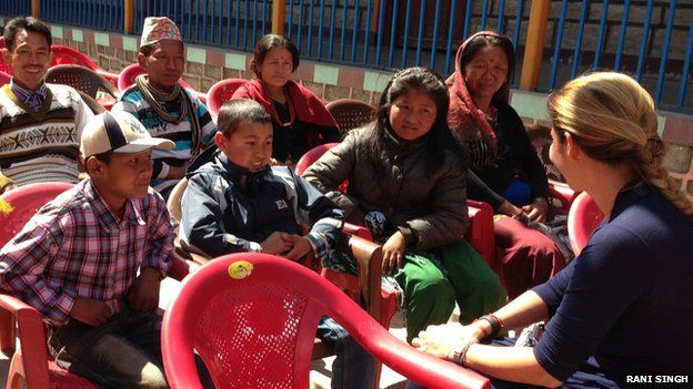 Carla Teixeira Alvares Kaspar (right) with children at Dhunche school