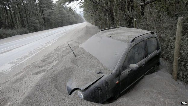 A vehicle covered with ashes remains off the road after the eruption of the Calbuco volcano near the town of Ensenada on 26 April 2015.