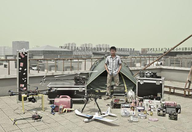 Li Nian with photographic equipment