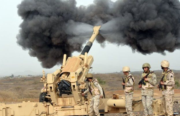 Saudi soldiers fire shells at Houthi rebel fighters near Saudi Arabia's border with Yemen (13 April 2015)