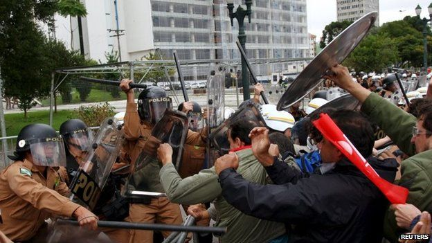 Policemen clash with teachers during a protest in Curitiba in Parana state April 29, 2015.