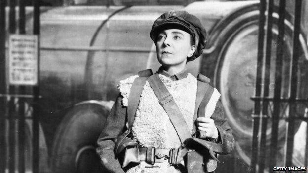 Vesta Tilley performs in military uniform, 1916