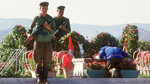 Albanian soldiers guarding Enver Hoxha tomb, 1985
