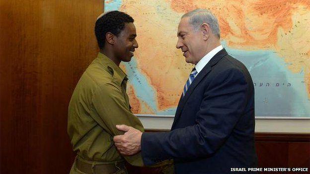Damas Fekade (left) with Benjamin Netanyahu (04/05/15)