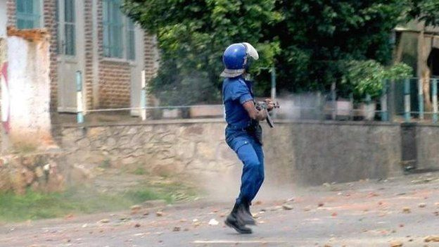 A policeman opens fire in BUjumbura on 4 March 2015