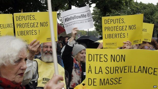 Demonstrators protest against the government's new mass surveillance laws in Paris (04 May 2015)