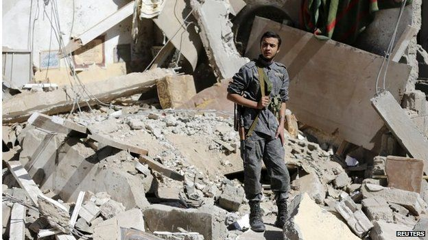 Houthi fighter stands on rubble in Sanaa (01/05/15)