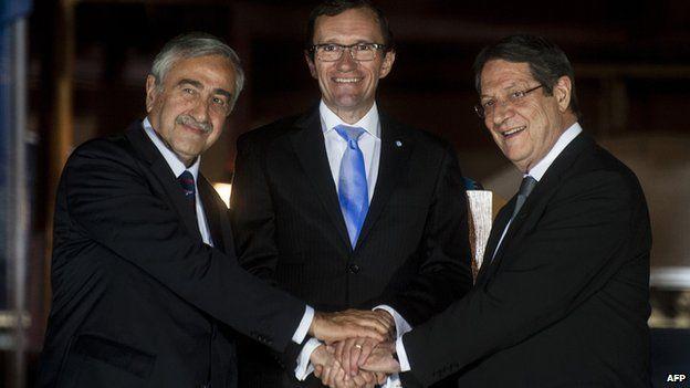 Cypriot President Nicos Anastasiades (R), Turkish Cypriot leader Mustafa Akinci (L), and UN special envoy, Norwegian Espen Barth Eide, 11 May 15
