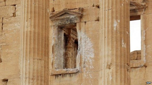 Shell-damaged window on a wall of the great temple of Baal, at Palmyra (14 March 2014)