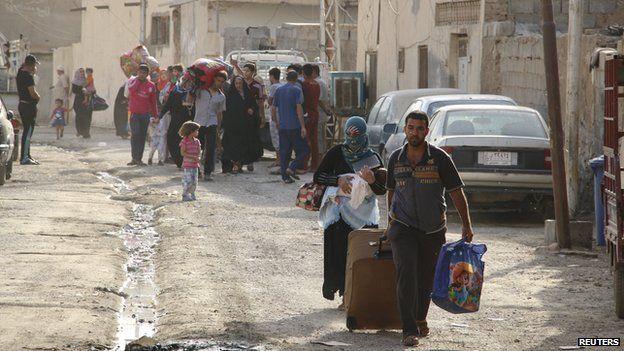 Residents of Ramadi flee on 15 May 2015