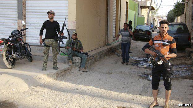 Sunni fighters stand guard in Ramadi on 15 May 2015